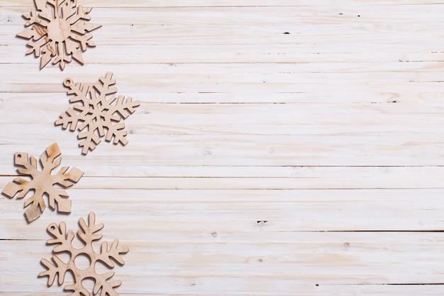 Schneeflocken auf holzhintergrund