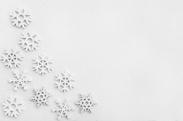 Schneeflocken auf weiß funkelnder schneebedeckter oberfläche