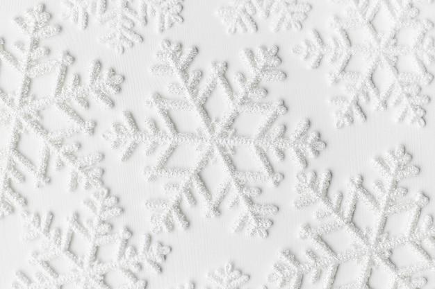 Schneeflocken auf weißer oberfläche