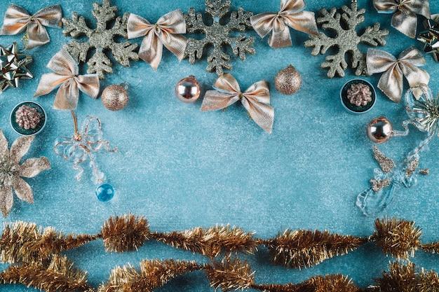 Schneeflocken mit bögen auf blauem hintergrund