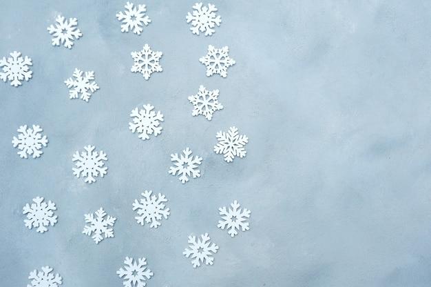 Schneeflockendekoration der weißen weihnacht auf grauem hölzernem hintergrund