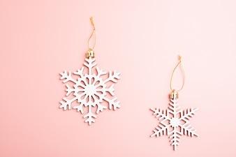 Schneeflockendekoration des weißen Weihnachten auf rosa Hintergrund. Weihnachten Wallpaper.