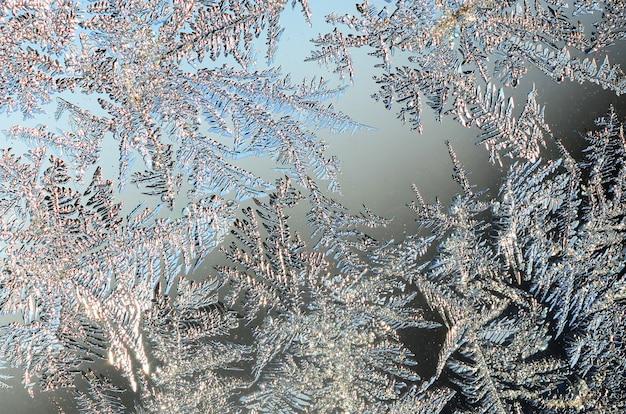 Schneeflockenfrost-raureifmakro auf fensterglashintergrund