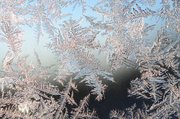 Schneeflockenfrostreif auf fensterglas