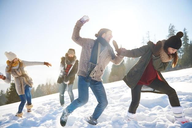 Schneekampf am sonnigen tag