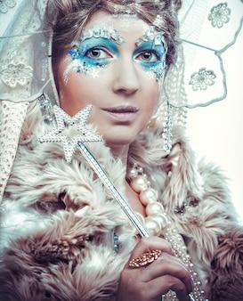 Schneekönigin auf weißem hintergrund.