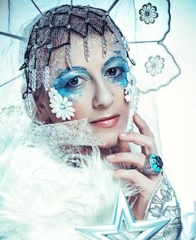 Schneekönigin auf weißem hintergrund