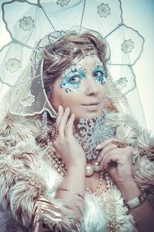 Schneekönigin über weißem hintergrund
