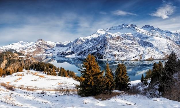 Schneelandschaft im winter mit schneebedeckten bäumen und bergen