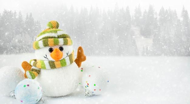Schneemann auf einem blauen hintergrund mit kopienraum. weihnachtshintergrund. banner.