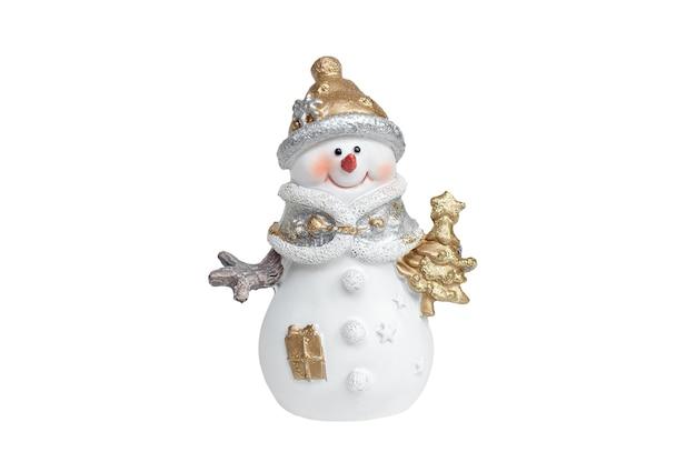 Schneemann, der einen weihnachtsbaum lokalisiert auf weiß hält