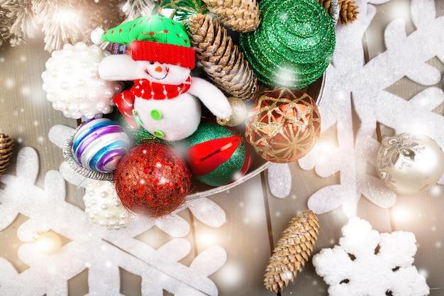 Schneemann-spielzeug im korb mit weihnachtsbällen.