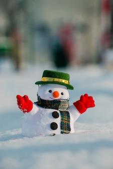 Schneemann stehen zwischen schneehaufen. die morgensonne erwärmt sich im winter.