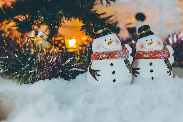 Schneemann und ornament weihnachtsartikel schmücken für die stille nacht.