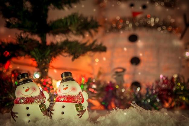 Schneemann und verzierung im frohe weihnachten des weihnachtsweihnachtseinzelteils und im guten rutsch ins neue jahr.