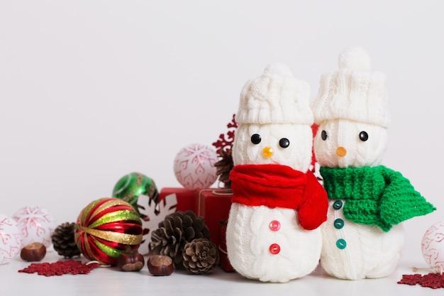 Schneemanndekoration mit roter geschenkbox