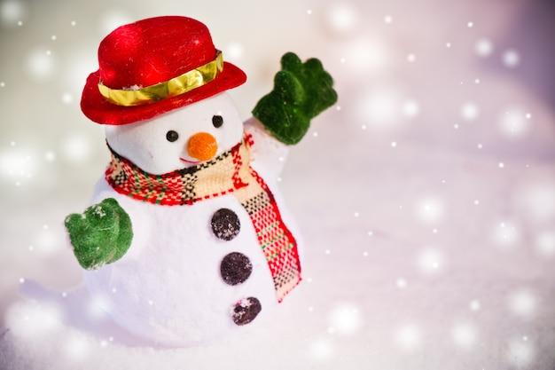 Schneemannstand unter stapel des schnees. weihnachten verzieren an den frohen weihnachten und am glücklichen neuen yeas