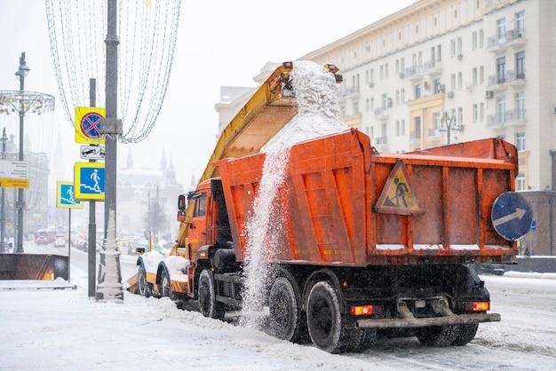 Schneepflug beim entfernen von schnee von der straße b