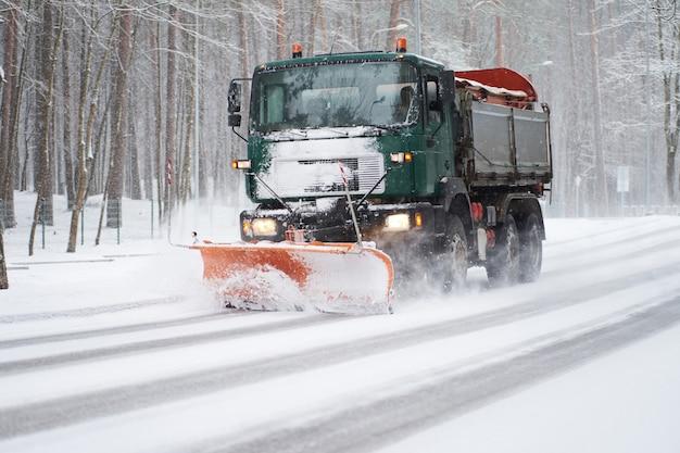 Schneepflug-lkw bei der arbeit der reinigungsstraße
