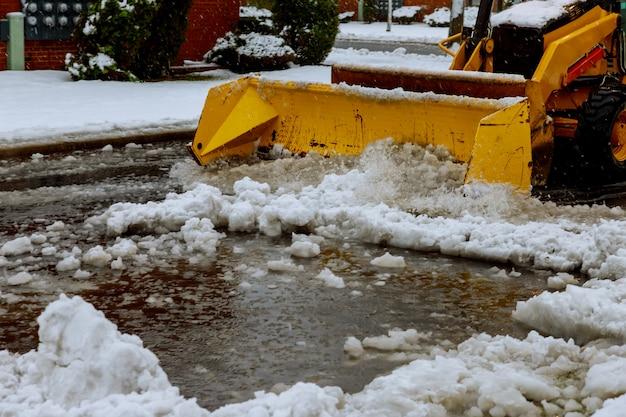 Schneepflug-reinigungsstraße nach schneesturm-blizzard-fahrzeugzugang