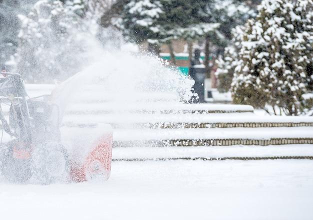 Schneeräumarbeiten mit einer schneefräse.