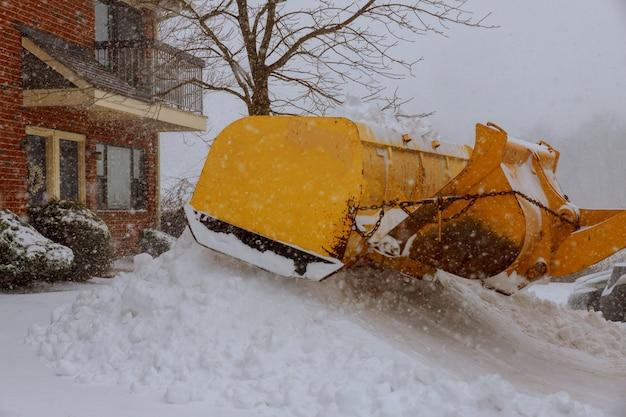Schneeräumer-lkw-reinigungsstadtstraßen im schneesturm