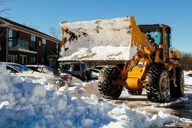 Schneeräumfahrzeug, das schneeräumer entfernt