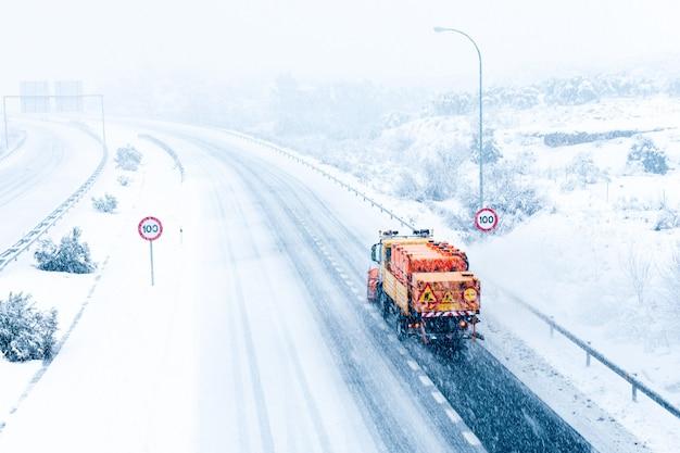 Schneeräummaschine, die schnee von der spanischen autobahn entfernt