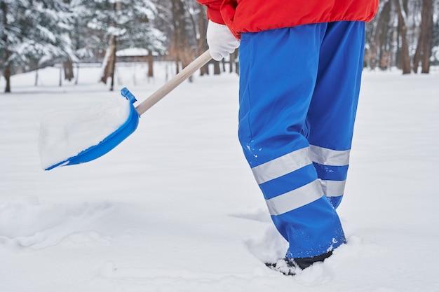 Schneeräumung auf gehweg im park.