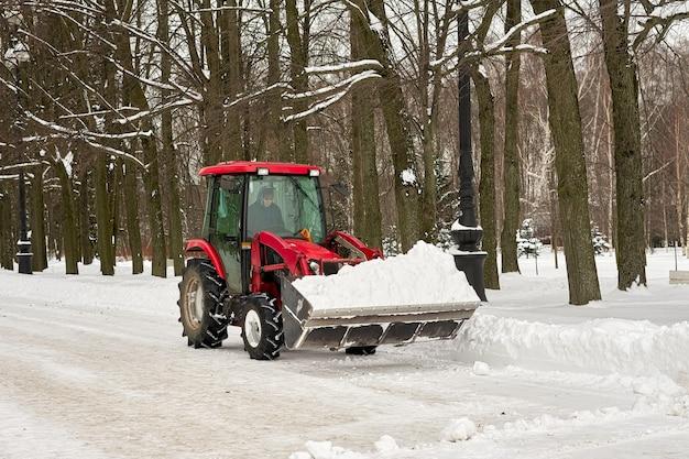 Schneeräumung im winter im park mit mechanischen mitteln