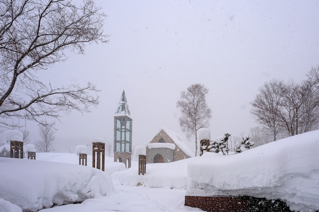 Schneestadt an einem wintertag
