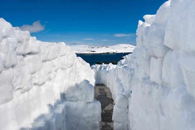Schneestraße. natürlicher winterhintergrund