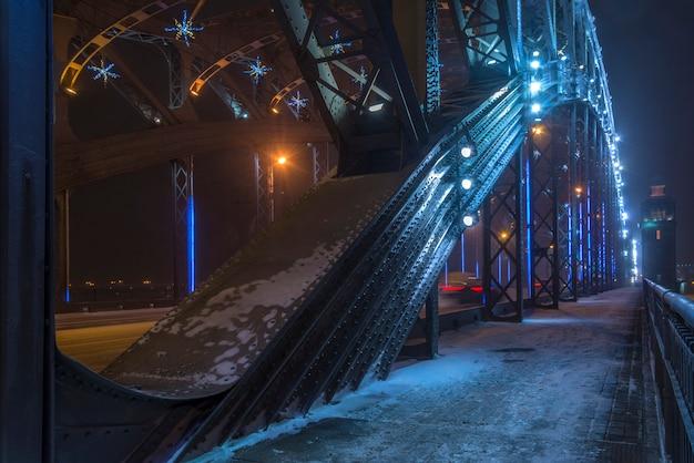 Schneesturm im winter in der stadt nachts. bolsheokhtinsky brücke in st. petersburg, russland