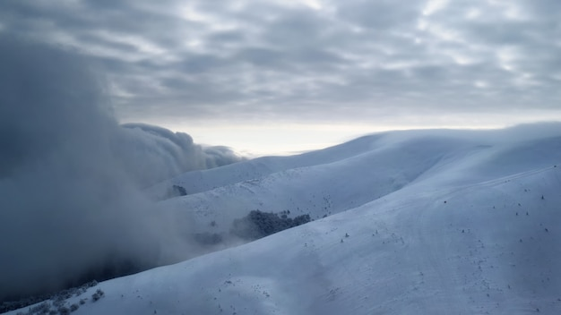 Schneesturm in einem skigebiet. schlechte wetter konditionen.