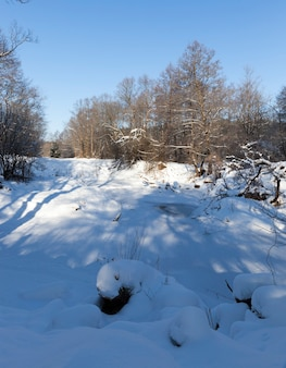Schneeverwehungen in der wintersaison, viel niederschlag im winter
