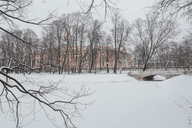 Schneewinter im mikhailovsky-garten in sankt petersburg, russland.