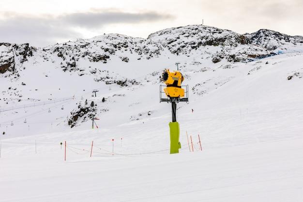 Schneewurfmaschine auf den skipisten