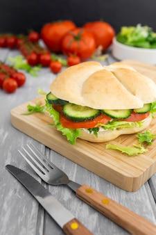 Schneidebrett mit sandwich und tomaten