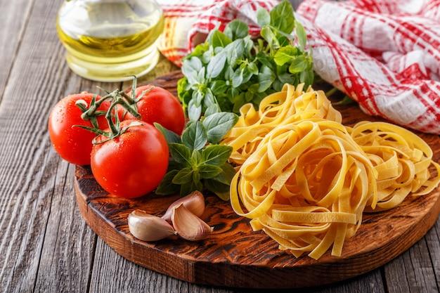 Schneidebrett mit zutaten - konzept der italienischen küche