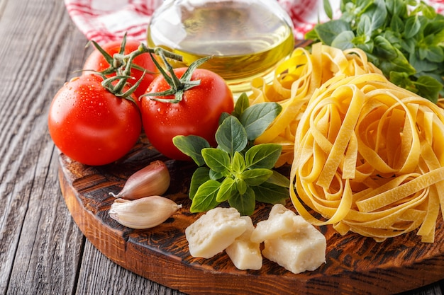 Schneidebrett mit zutatenkonzept der italienischen küche