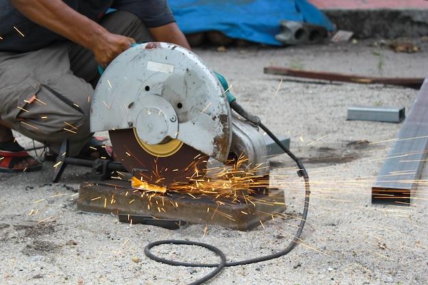 Schneiden eines metallrohres mit funken.