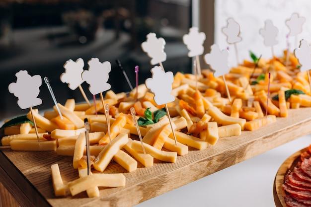 Schneiden quadratischer käse holzbrett spieße form