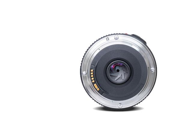 Schneiden sie den fokus bei der blende des spiegellosen dslr-kameraobjektivs auf einem isolierten hintergrundfoto aus