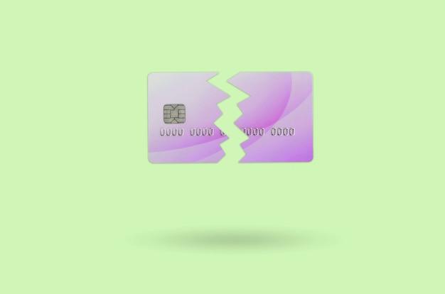 Schneiden sie die defekte purpurrote kreditkarte, die auf kalkhintergrund lokalisiert wird