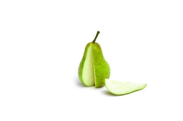 Schneiden sie die grüne birne und schneiden sie eine scheibe auf eine weiße kompositionsfrucht. isolieren.
