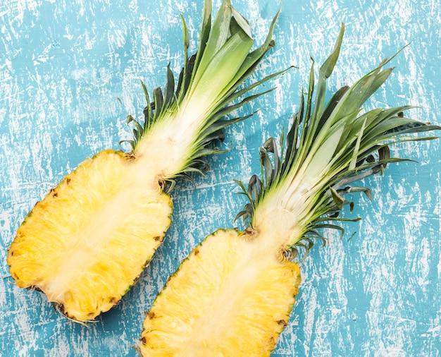 Schneiden sie die hälfte der reifen ananas