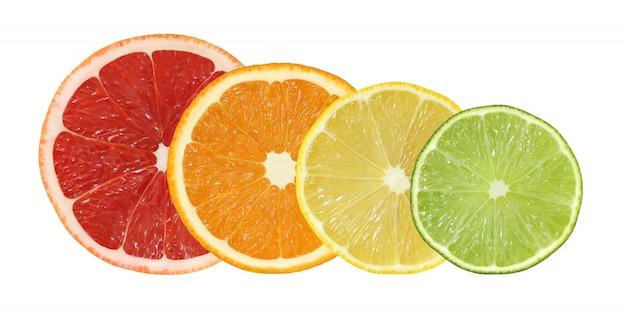 Schneiden sie die pampelmusen-, orangen-, zitronen- und kalkfrüchte, die auf weißem hintergrund mit beschneidungspfad lokalisiert werden