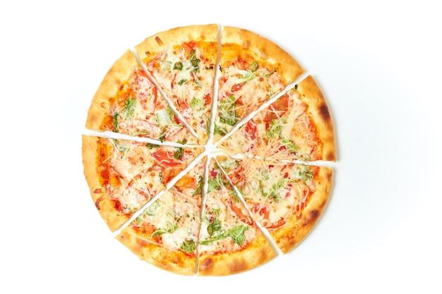 Schneiden sie die pizza auf einem isolierten weiß in stücke