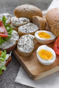 Schneiden sie eier und sandwiches mit käse für ein gesundes mittagessen