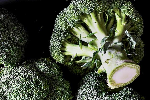 Schneiden sie frischen, natürlichen grünen brokkoli